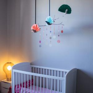 Décorez la chambre de bébé avec ce bel oiseau en tissu et plus tard racontez-lui l'histoire de ses aventures